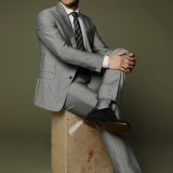 Abito, camica e cravatta Giorgio Armani, calze Gallo, stringate Church's, occhiali Moscot