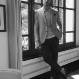 Giacca, polo e pantaloni Brioni, pochette Hermès, scarpe Santoni