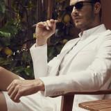 Giacca, camicia e pantaloncini Ralph Lauren, occhiali CLAN