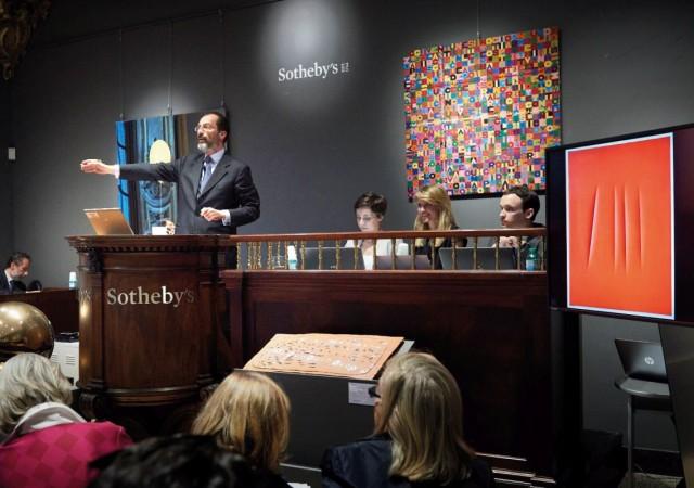 L'amministratore delegato di Sotheby's per l'Italia Filippo Lotti, conduce un'asta