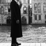 Cappotto Valentino; abito Paul Smith; camicia Corneliani; occhiali Tom Ford; stringate Church's