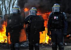 Gilet gialli, aumentano poliziotti e mezzi corazzati in vista delle proteste del weekend