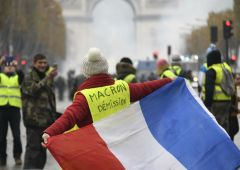 """""""Gilet gialli"""" contro Macron: """"Dimissioni subito"""""""