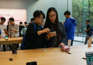 Batosta Apple, crollano le vendite dell'iPhone in Cina. Sorride Huawei