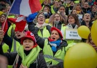 Crisi istituzionale in Francia: Macron cede agli scioperi
