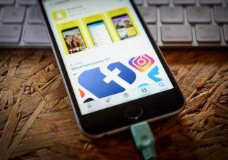 Facebook: nuovi guai per la privacy, raccoglie messaggi vocali e li trascrive