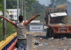 Venezuela ancora nel caos: Maduro brucia aiuti umanitari