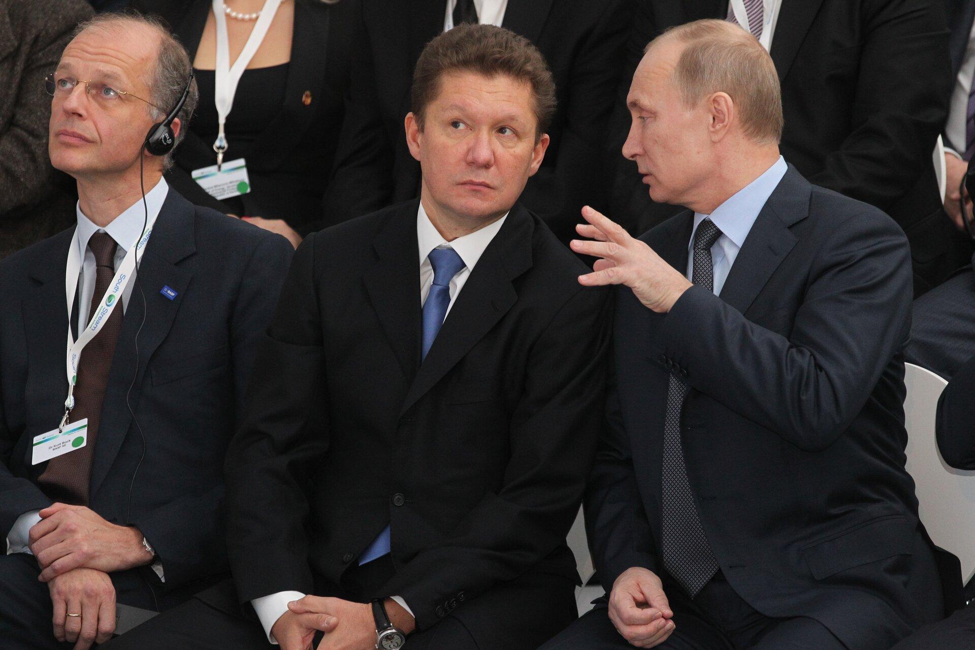Non solo Nord Stream: il presidente russo Vladimir Putin (Destra) e l'AD di Gazprom Alexei Miller (C) in uno stabilimento di Sud Stream, un gasdotto costruito ad Anapa, in Russia, per trasportare il gas naturale attraverso il Mar Nero e farlo arrivare in Bulgaria, Grecia, Italia e Austria