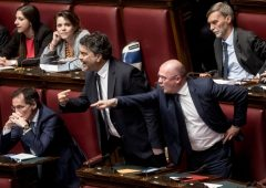 "Baruffa in aula: deputato M5S mima le manette, PD: ""fascista"" (VIDEO)"