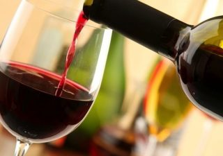 """È """"wine mania"""": dai vegani a quelli alla cannabis. I dieci trend del settore"""