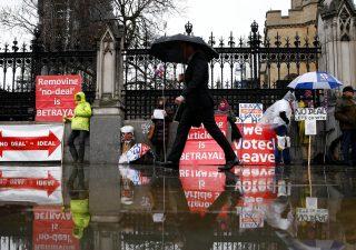 Mercati, spettro no deal Brexit fa visita a Westminster