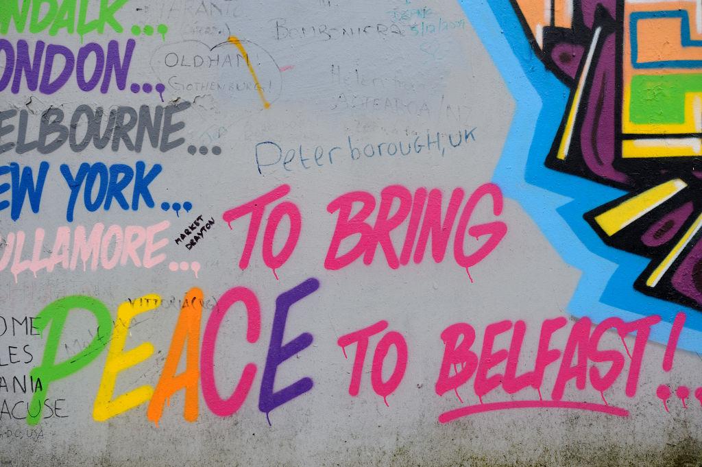 Murales e graffiti sui muri di pace a Belfast. Si tratta di barriere volte a minimizzare le violenze tra comunità cattoliche (pro Eire) e protestanti (per un'Irlanda del Nord più vicina al Regno Unito. (Frédéric Soltan/Corbis via Getty Images, 2014)
