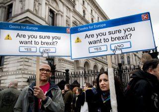Brexit: un milione in piazza a Londra per nuovo referendum. May in bilico