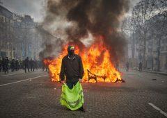 "Gilet gialli, Macron vara misure per ""placare la loro rabbia"""