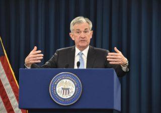 Fed: Powell apre a taglio tassi, Wall Street euforica. Milano ed euro giù