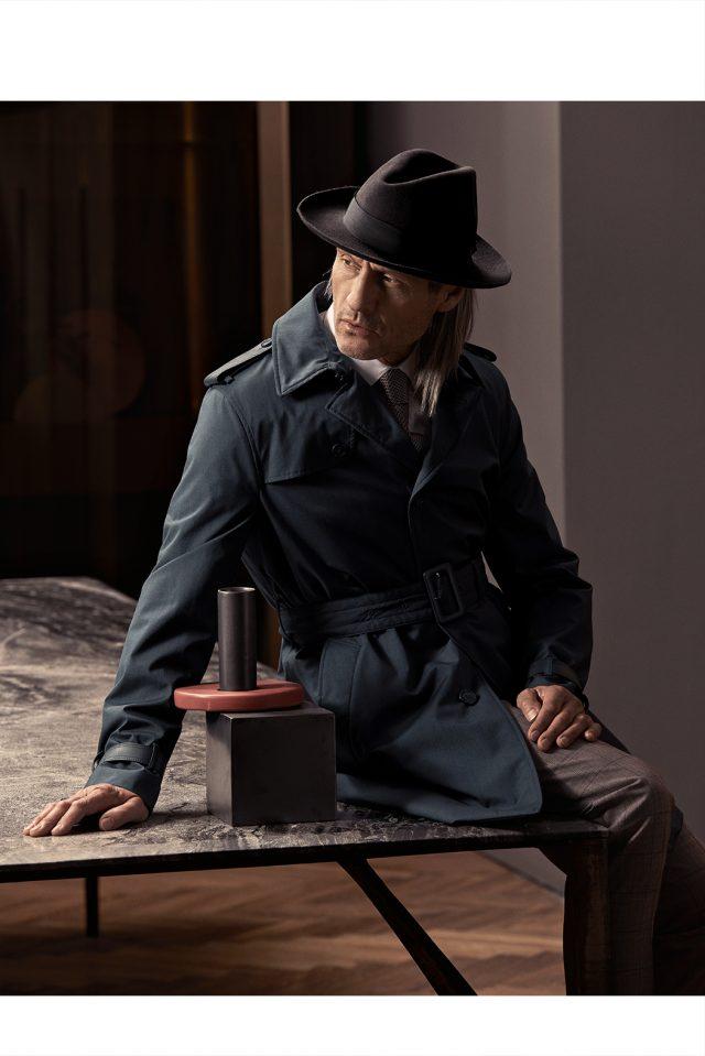 Impermeabile, abito, camicia e cravatta Corneliani, cappello Borsalino
