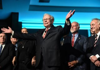 Buffett seduto su una montagna di cash, in attesa di fare