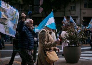 Argentina annuncia ristrutturazione del debito, peso ai minimi dal 2005