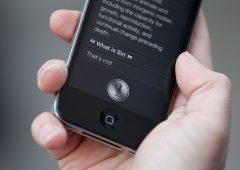 """Apple, Siri """"spiona"""": ascolta le nostre conversazioni. Via a class action"""