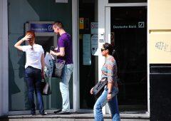 Osservatorio: più caro il conto corrente on line, prezzi boom per gli assegni