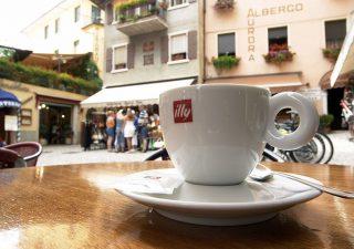 Risparmiare tagliando le piccole spese: un caffè? Sono 1.900 euro in cinque anni