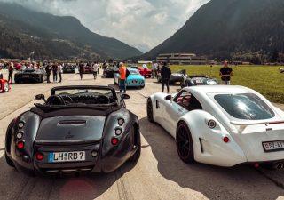Supercar tra le Alpi svizzere tra velocità e sostenibilità