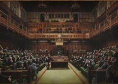 """Asta record per il """"Parlamento di scimmie"""" di Banksy, venduto per oltre 11 milioni"""