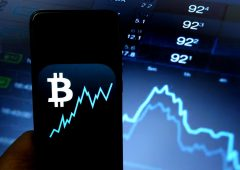 Bitcoin a picco, torna sotto $ 30 mila. Bruciati $100 miliardi in un giorno