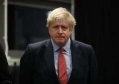 """Boris Johnson prima e dopo: dall'immunità di gregge al """"restate a casa"""""""