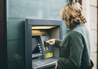 Banche: tassi sui depositi in ribasso, Italia controcorrente
