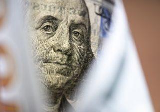 Il dollaro scende ai minimi degli ultimi due anni: l'analisi