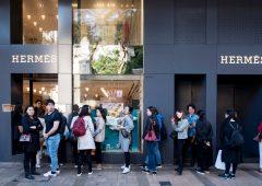 """In Cina è partito il """"revenge spending"""", presi d'assalto negozi di lusso"""
