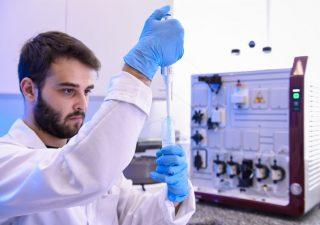 Covid, per il primo vaccino italiano avviata la sperimentazione su volontari
