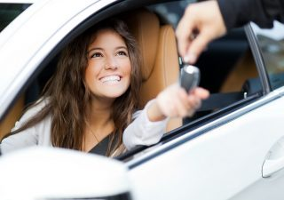 Auto: per i giovani è meglio il noleggio che l'acquisto. Ecco quanto si risparmia