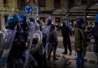 Coronavirus, monta la protesta dopo il Dpcm. Viminale alza livello allerta