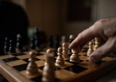 Gli scacchi ci dicono a che età la mente perde colpi