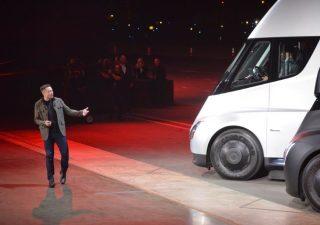 Tesla, il camion Semi sfreccia in pista. Si avvicina il lancio