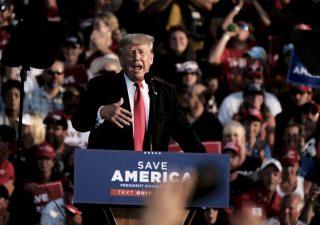 Trump torna in campo: primo comizio in sei mesi, davanti a migliaia di fan