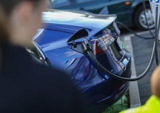 Tesla in frenata sui listini, pesa concorrenza Nio in Cina
