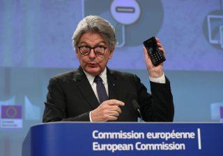 Apple contraria al caricabatteria universale Ue: danneggia i consumatori