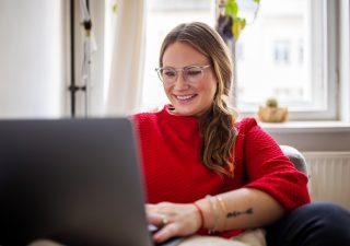 Risparmiare per la pensione: donne indietro rispetto agli uomini. Come rimediare