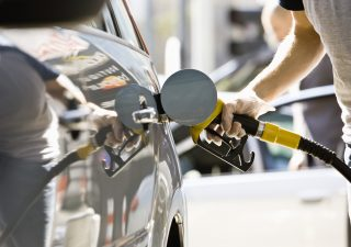 Non solo bollette: ora maxi rincari per il prezzo della benzina